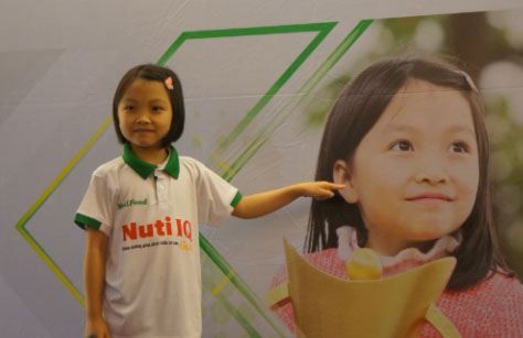 World Cadet U8 Chess Champion, Cam Hien received the sponsorship from NutiFood
