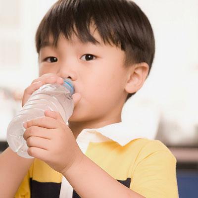Nên cho con uống nhiều nước