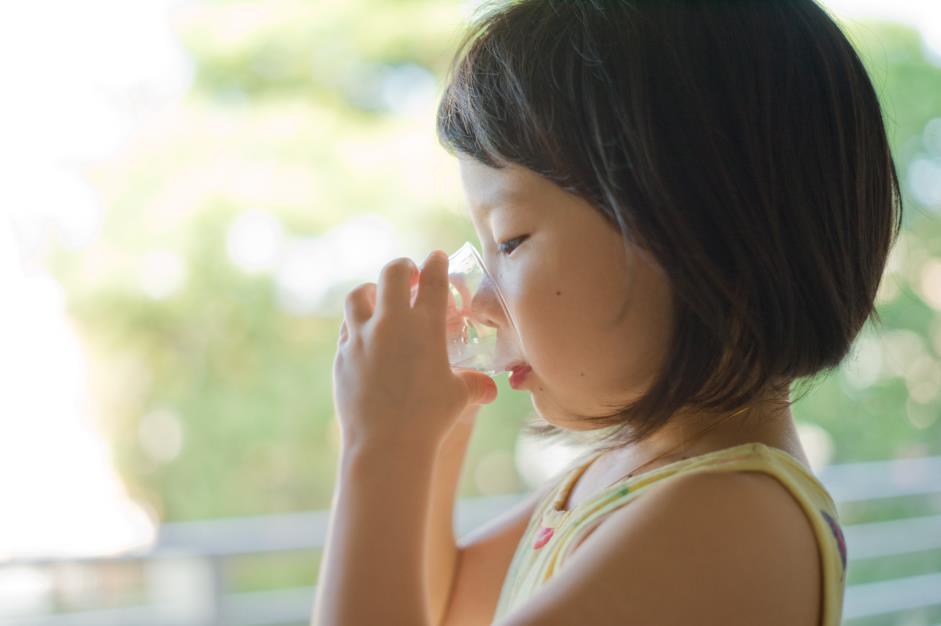 Không nên để bé uống nước quá nhiều trước khi ăn