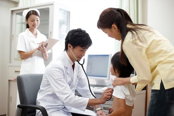 Nên đưa bé đến gặp bác sỹ kiểm tra thường xuyên