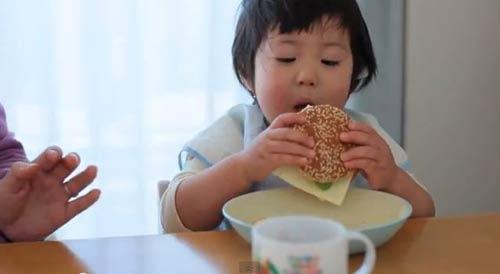 Ăn vặt trước bữa ăn là một thói quen xấu cần hạn chế cho bé