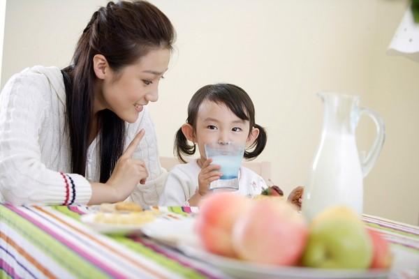 Uống thêm sữa giúp bé tăng cân tốt hơn