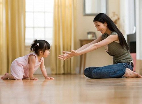 cho bé vận động và vui chơi thường xuyên