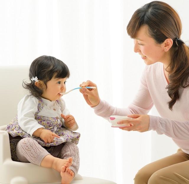 luyện tập thói quen ăn đúng bữa cho bé