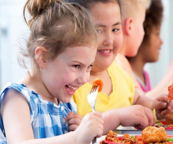 Cho trẻ uống sữa giúp bé tăng cân tốt hạn chế ăn các chất béo, chất bột đường