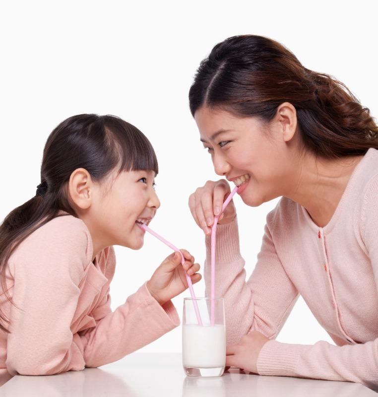 Uống sữa cùng con sẽ giúp bé thích uống sữa hơn