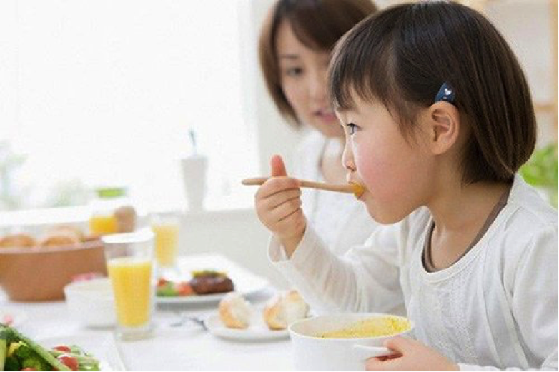 Mẹ thường đau đầu vì bé ăn nhiều mà không tăng cân