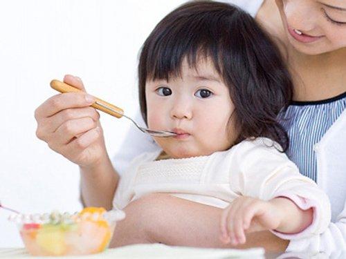Bổ sung dinh dưỡng thiết yếu đúng cách giúp tránh suy dinh dưỡng cho bé.