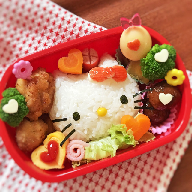 Các bé gái sẽ rất thích thú với phần cơm hello kitty này