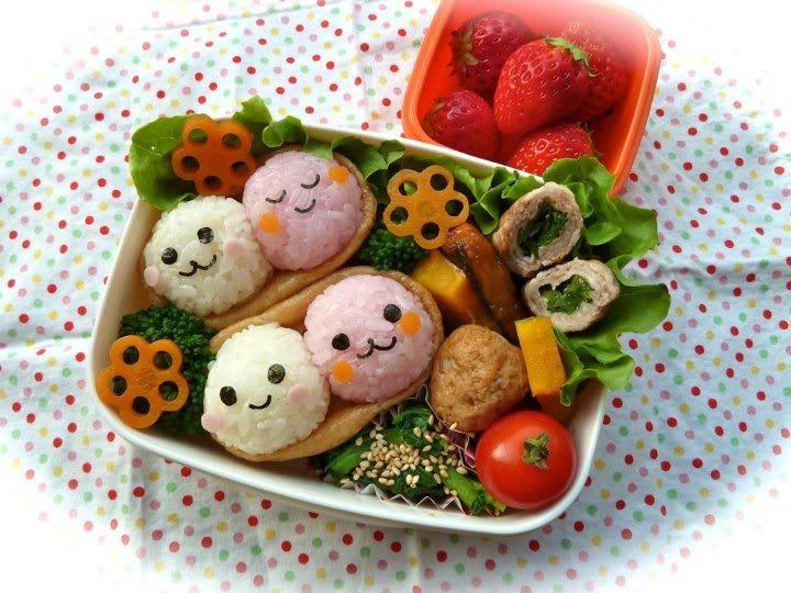 Bạn nên trang trí thêm rau để đảm bảo bé ăn đủ chất