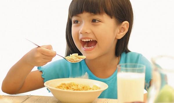 Trẻ cần phải được ăn đúng giờ và đủ bữa đặc biệt không được bỏ bữa