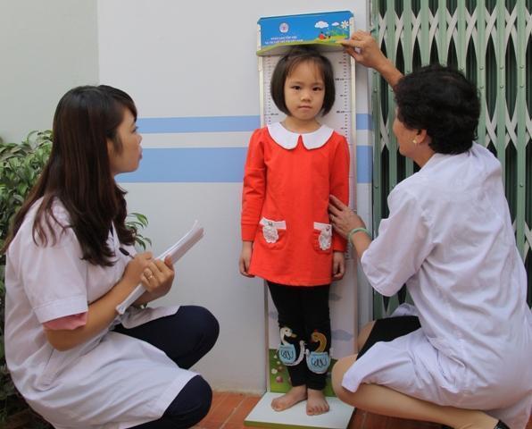 Hàng tháng cần đưa bé đi kiểm tra cân nặng và chiều cao