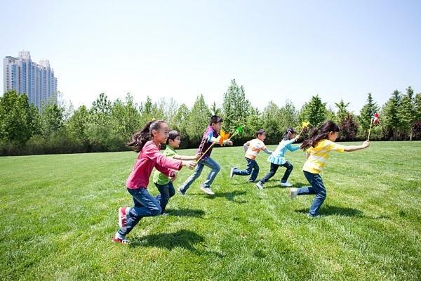 Cho trẻ vận động thường xuyên cũng là cách giúp trẻ tăng cân mau lớn