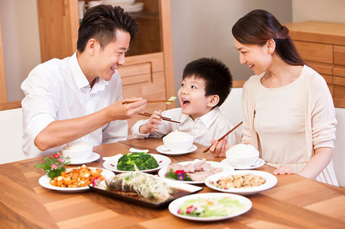 Biếng ăn là nguyên nhân chính gây nên tình trạng suy dinh dưỡng ở trẻ.