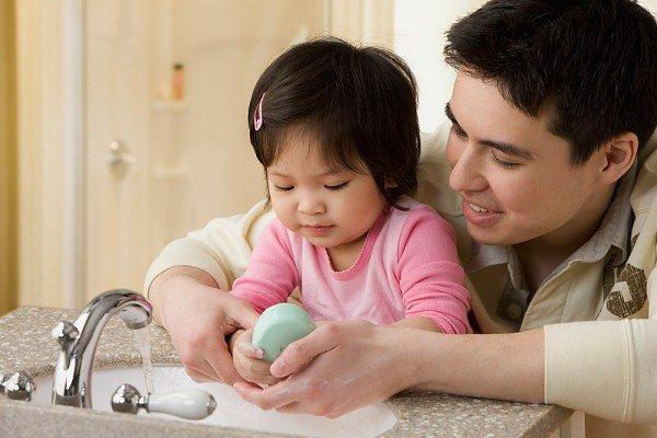 Rửa tay cho con trước khi ăn để phòng bệnh