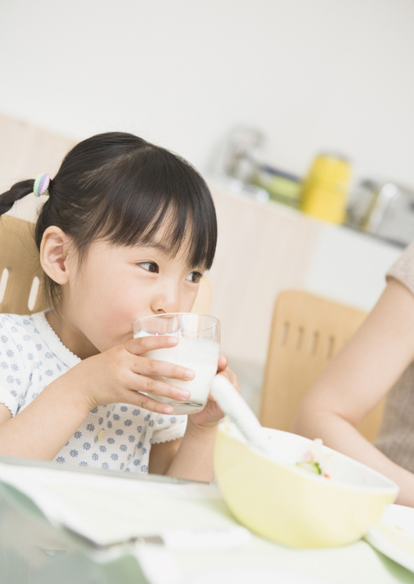 Không nên cho con uống lại sữa cũ
