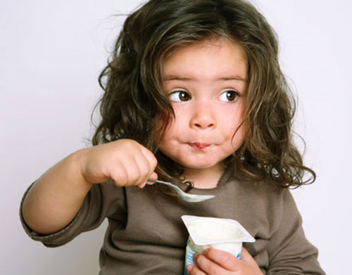 Lượng ăn sữa chua tùy vào độ tuổi của bé