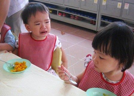 Ép trẻ ăn sẽ gây ra yếu tố tâm lý sợ hãi