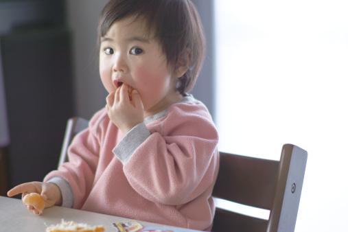tránh cho bé ăn vặt trước bữa ăn chính